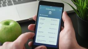 Kontrollera bankkonton genom att använda packa ihop app arkivfilmer
