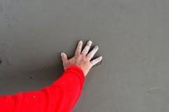 Kontrollera betong vid handen arkivfoton