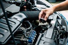 Kontrollera bilelementet, kontrollera bilen själv fotografering för bildbyråer