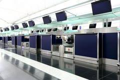 Kontrollera in counter i den Hong Kong flygplatsen fotografering för bildbyråer