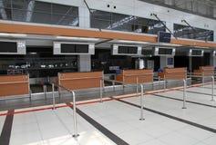 Kontrollera in counter i flygplats Royaltyfria Bilder