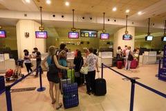 Kontrollera in counter på flygplatsen Royaltyfri Bild