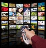 kontrollera den digitala fjärrtelevisiontv:n Arkivfoton