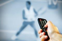 kontrollera den male remoten för handholdingen Royaltyfri Foto