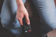 kontrollera den male remoten för handholdingen Arkivfoton