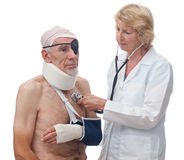 kontrollera den patient höga kvinnan för doktorsskador Arkivbild