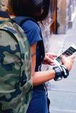 Kontrollera det utomhus- kortet för smartphone Royaltyfri Bild