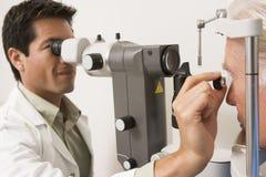 kontrollera doktorn eyes glaucomatålmodig s Royaltyfria Bilder