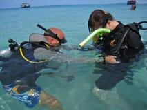 kontrollera dykningutrustningutbildning Arkivfoto