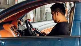 Kontrollera en bilmotor OBD för reparation på bilgaraget arkivfoto