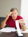 kontrollera finanser home man pensionären royaltyfri foto