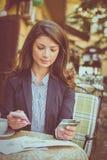 Kontrollera finanser på den smarta telefonen app Royaltyfria Foton