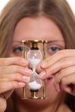 kontrollera flickaexponeringsglas som har den trevliga over sanden Royaltyfria Bilder