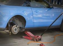 Kontrollera hjulbromsar på bilen Fotografering för Bildbyråer