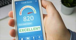 Kontrollera krediteringsställningen på smartphonen genom att använda applikation Resultatet är UTMÄRKT stock video