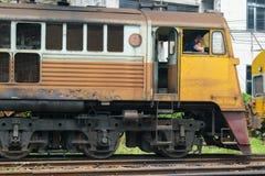 Kontrollera lokomotivet för att koppla järnvägen Royaltyfri Fotografi