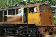Kontrollera lokomotivet för att koppla järnvägen Arkivbilder