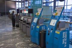 Kontrollera in maskinen på Oslo Gardermoen den internationella flygplatsen Royaltyfria Foton