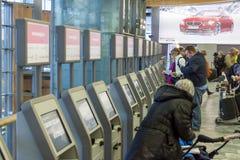 Kontrollera in maskinen på Oslo Gardermoen den internationella flygplatsen Royaltyfria Bilder