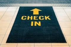 Kontrollera in matta på ingången arkivbilder