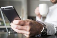 Kontrollera meddelanden på smartphonen Arkivbild