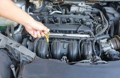 kontrollera motorolja Fotografering för Bildbyråer