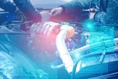 Kontrollera och diagnostik av motorn och elkrafterna av bilen p? servicemitten med sk?rmen av ?kad verklighet och s? fotografering för bildbyråer