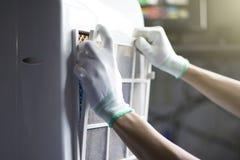 Kontrollera och reparera elektriska anordningar i hemmet fotografering för bildbyråer