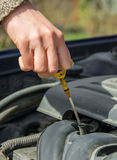 Kontrollera olja i bil Fotografering för Bildbyråer