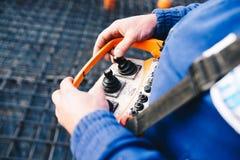 Kontrollera operationen för pump` s, medan hälla fundament arkivbild