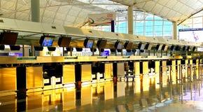 Kontrollera in räknare av Hong Kong den internationella flygplatsen Arkivfoton