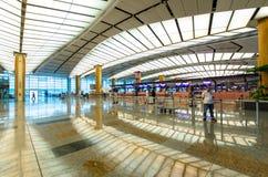 Kontrollera in räknare på Changi den internationella flygplatsen som lokaliseras i Singapore royaltyfri bild