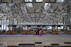 Kontrollera in räknaren på den Singapore flygplatsen Royaltyfri Foto