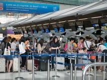 Kontrollera in räknaren på flygplatsen royaltyfri fotografi