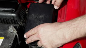 Kontrollera säkringarna av en bil arkivfilmer