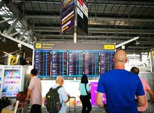 Kontrollera in skrivbordet i den Suvarnabhumi flygplatsen royaltyfria foton