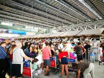 Kontrollera in skrivbordet i den Suvarnabhumi flygplatsen Det är en av två internationella flygplatser som tjänar som Bangkok, Th royaltyfri foto