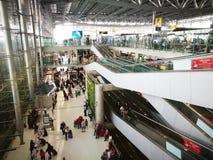 Kontrollera in skrivbordet i den Suvarnabhumi flygplatsen Det är en av två internationella flygplatser som tjänar som Bangkok, Th arkivfoto