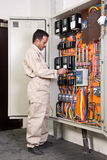 kontrollera strömkretselektrikeren Arkivbild