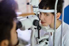 Kontrollera synförmåga i en klinik oftalmologi Medicin- och hälsobegrepp royaltyfria bilder