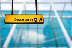 Kontrollera in, tecknet för brädet för information om flygplatsavvikelsen & om ankomsten Royaltyfri Bild