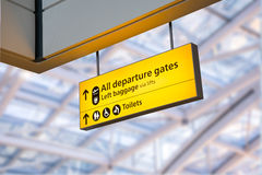 Kontrollera in, tecknet för brädet för information om flygplatsavvikelsen & om ankomsten Arkivbilder