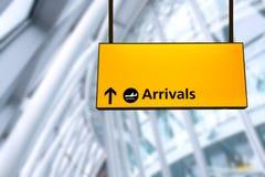 Kontrollera in, tecknet för brädet för information om flygplatsavvikelsen & om ankomsten Royaltyfri Foto