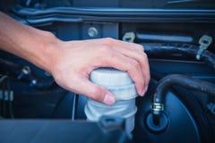 Kontrollera villkoret av bilmotorn arkivbild
