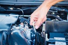 Kontrollera villkoret av bilmotorn Royaltyfri Bild