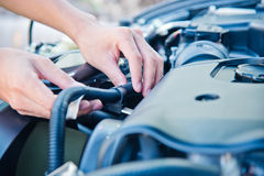 Kontrollera villkoret av bilmotorn fotografering för bildbyråer