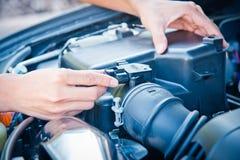 Kontrollera villkoret av bilmotorn Royaltyfria Bilder