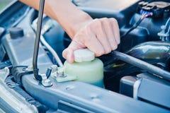 Kontrollera villkoret av bilmotorn arkivfoton