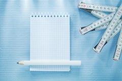 Kontrollerad anteckningsbokblyertspenna som mäter bandkonstruktionsbegrepp Arkivbild