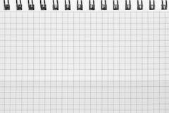 Kontrollerad modell för bakgrund för spiralanteckningsbok, horisontalrutigt kvadrerat öppet notepadkopieringsutrymme, häftad tom  Royaltyfria Foton